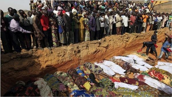 극단주의 무슬림인 풀라니 목자들에게 희생된 이들의 시신을 묻고 있는 나이지리아 교인들. ⓒ미국 크리스천포스트