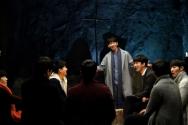 ▲영화의 주인공인 백서빈 씨가 맡은 '도윤'(가운데 서 있는 이)은 주로 질문에 답을 주는 역할을 담당한다. ⓒ스틸컷