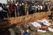 풀라니족 극단주의 무슬림들에 희생된 이들의 시신을 묻고 있는 나이지리아 기독교인들
