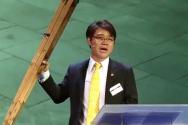 ▲자신의 목발을 들어보이며 북한 주민들의 자유를 위해 함께 해 줄 것을 호소하고 있는 탈북자 지성호 씨 ⓒ유튜브(마라나타 TV) 영상 캡쳐
