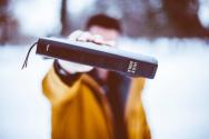 기독교 변증은 성경을 제시해서 사람들에게 하나님을 전하는 것이 아닌 세상적 지식과 논리로 성경이 얼마나 정확한 하나님의 말씀인지를 증명해 성경에 관심을 갖고 신뢰할 수 있게 하는 작업입니다.