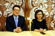 GOODTV 김명전 사장(사진 왼쪽)과 한은경 뉴욕지사장(사진 오른쪽)이 기자회견에서 물음에 답하고 있다.