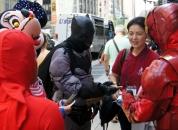 맨하탄의 다양한 부류의 사람들이 전도지에 관심을 보이며 복음을 다시 접하는 시간을 가졌다.