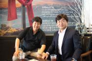 '4인 4색 음악회'를 소개하는 장상근 지휘자(좌) 예오가니제이션 황호진 대표(우)