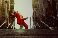 불운한 청년 아서 플렉이 극악한 빌런 조커로 변신하는 과정을 그린 영화 <조커>.