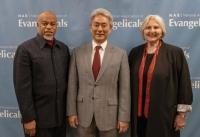 ▲NAE 새 대표로 선출된 월터 김 목사(가운데)가 NAE 관계자들과 기념촬영을 하고 있다. ⓒNAE