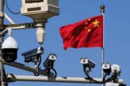 중국의 거리에 설치된 CCTV와 오성홍기.