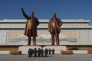 김일성 김정일 동상 앞에서 참배하는 북한 주민들. ⓒPixabay