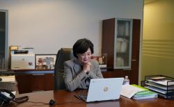 7일 화상 기자회견을 가진 오픈뱅크의 민 김 행장이 한인커뮤니티 지원 프로그램에 대해 설명하고 있다.