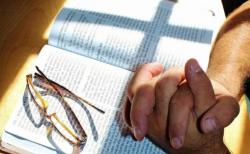 성경과 기도하는 손