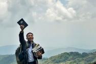조친어 성경을 들고 기뻐하는 데이비드 훙 목사. ⓒ성서공회