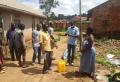 소독수로 방역하고 있는 우간다 현지인들