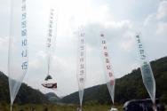 자유북한운동연합 관계자들이 과거 대북전단을 살포하던 모습