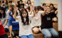 뜨겁게 기도하는 청소년들의 모습. ⓒ다세본