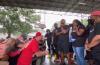 헤링을 비롯한 백인 기독교인들이 흑인 교인들 앞에서 무릎을 꿇고 회개기도하고 있다. ⓒ유튜브 영상 캡쳐