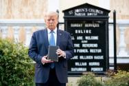 백악관 인근 성요한교회 앞에서 성경을 들고 사진을 찍었던 트럼프 전 대통령. ©백악관