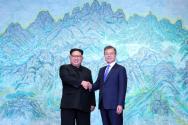 지난 2018년 4월 판문점에서 만났던 문재인 대통령(오른쪽)과 북한 김정은 국무위원장