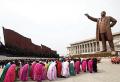 김일성 동상 앞에서 절하는 북한 주민들.