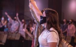 미국의 한 교회에서 참석자가 마스크를 착용하고 예배를 드리고 있다. ©펠로우십 교회