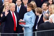 취임식에서 성경에 손을 얹고 선서를 했던 미국 트럼프 대통령