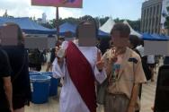 2018년 서울광장 퀴어축제에서 예수 복장을 한 한 외국인 남성(왼쪽) 'God Loves Gay'라는 피켓을 들고 있다.