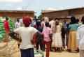 아프리카 차드 지역 주민들이 쌀 배급을 기다리고 있다.