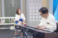 조영남 씨가 피아노를 치며 찬양하고 있다. ⓒC채널