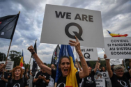 '우리는 Q다'라는 푯말을 들고 있는 시위 참가자. ⓒ미국 크리스천포스트