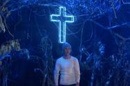 저스틴 비버가 십자가가 중앙에 놓인 시골 교회의 모습으로 꾸민 무대 위에서 신곡 '홀리' 공연을 펼쳤다. ⓒ유튜브 영상 캡쳐