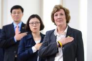 과거 한국에서 열렸던 북한 인권 관련 행사에서 국민 의례를 하고 있는 수잔 숄티 대표(맨 오른쪽)