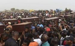 나이지리아 기독교인들이 박해로 목숨을 잃은 마을주민들의 장례식을 치르고 있다.