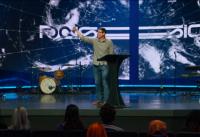 패션 2021 컨퍼런스에서 맷 챈들러 목사가 강연하고 있다.