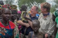 2019년 7월23일 세계식량계획(WFP) 데이비드 비즐리 사무총장(가운데)와 킵 톰 미국 대사가 남수단을 방문했다.