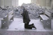 작년 10월 20일, 일부가 붕괴된 아제르바이잔 슈사의 한 성당에서 한 남성이 기도하고 있다. ⓒCSI