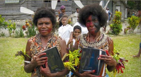 번역된 성경을 들고 기뻐하는 사람들의 모습. ⓒ위클리프성경번역협회