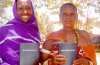 ▲첫 번역된 탄자니아 다투가어 성경을 들고 기뻐하는 기두파나(Gidufana)와 우다가이다(Udagayda) 남매. ⓒ성서공회