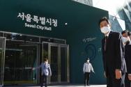 서울시장에 당선된 오세훈 시장이 8일 오전 서울시청사로 출근하고 있다. ©뉴시스