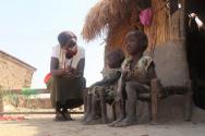 월드비전 봉사자들이 남수단의 아이들과 대화를 나누고 있다. ⓒ월드비전