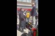 존 셔우드 목사가 경찰에 의해 체포되고 있다. ⓒ유튜브 영상 캡쳐