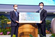 사랑의교회 오정현 목사(오른쪽)와 총신대 이재서 총장이 기념촬영을 하고 있다. ©사랑의교회