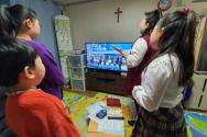 국내 한 교회의 성도 가정에서 온라인 예배를 함께 드리고 있는 모습(기사 내용과 직접 관계가 없습니다.)
