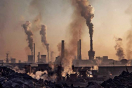 중국의 한 중화학공업 단지. 대기오염과 환경파괴 행태가 극심하다. ⓒbrecorder.com 캡처