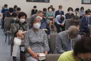 한인동산장로교회가 23일 뉴욕주의 수용인원제한 해제 조치 이후 첫 주일예배를 드리고 있다. 마스크를 쓰고 거리유지를 하며 기도하는 성도들.