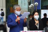 전광훈 목사(왼쪽)가 창당 선언문을 발표하고 있다. ©장지동 기자