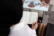 이란 기독교인 여성이 성경책을 읽고 있다. ⓒ국제 오픈도어선교회