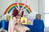 뿔이 5개 달린 사단의 복장으로 등장한 드래그 퀸(여장한 남성 동성애자)이 아이들에게 동성애 교육을 하고 있다. ⓒREALOMARNAVARRO