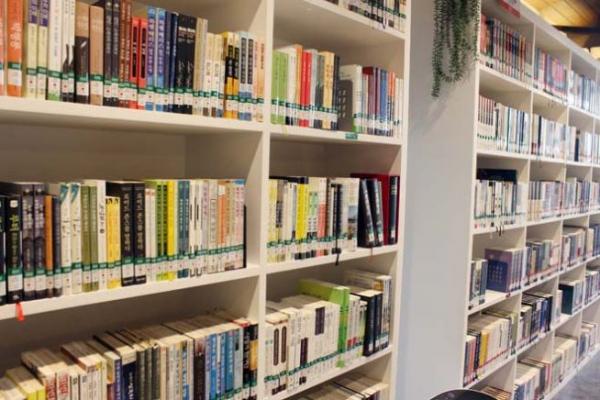 신학도서들이 진열된 한 도서관 모습. (해당 사진은 본 칼럼과 관련이 없습니다).