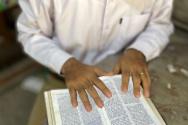성경을 읽고 있는 미얀마 기독교인. ⓒ오픈도어