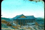 1900년 시공, 1901년 6월에 봉헌된 평양 장대현교회의 측면 사진. 외벽을 완료한 상태의 모습으로 미루어 1901년 3월경으로 보여진다. 광주 제중병원을 세운 로버트 윌슨의 아들인 스튜어트가 보관하던 자료