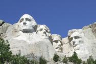 마운튼 러시모어. 미국의 건국부터 성장, 보존, 발전을 상징하는 대통령들의 얼굴이 산정의 거대한 바위에 새겨져 있다.